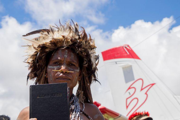 Раніше вбивали місіонерів: плем'я в Індонезії отримало Біблії рідною мовою