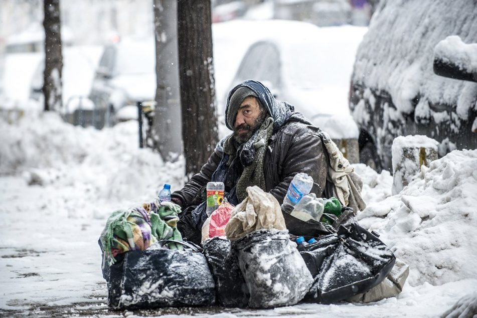 cold_homeless_man_snow-951×634